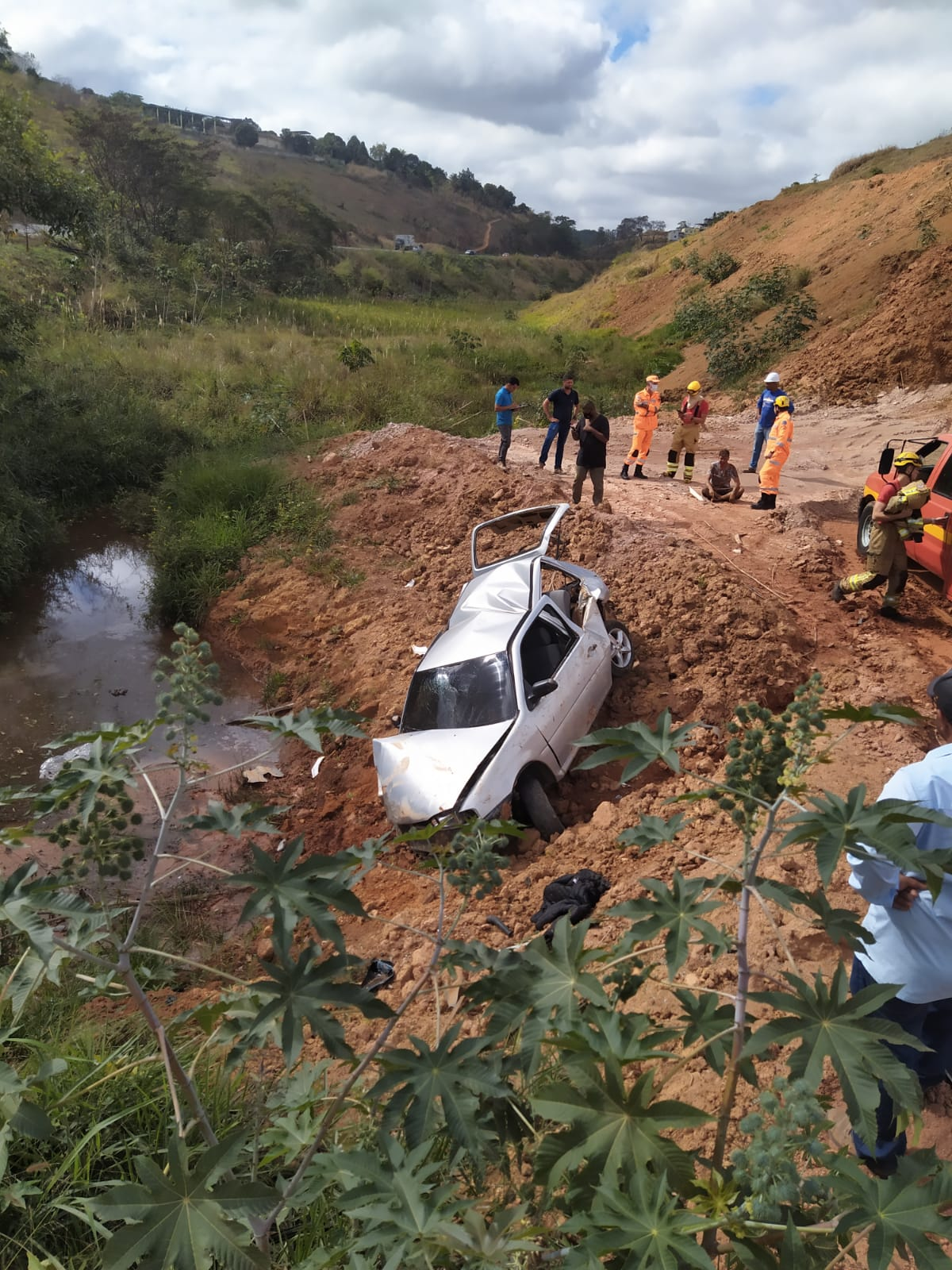 Homem fica ferido após capotamento de carro na BR-116, em Leopoldina - Foto: Divulgação/CBMMG