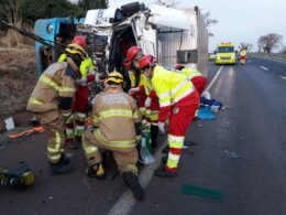 Motorista fica ferido após acidente entre carretas na BR-365, em Uberlândia - Foto: Divulgação/Corpo de Bombeiros
