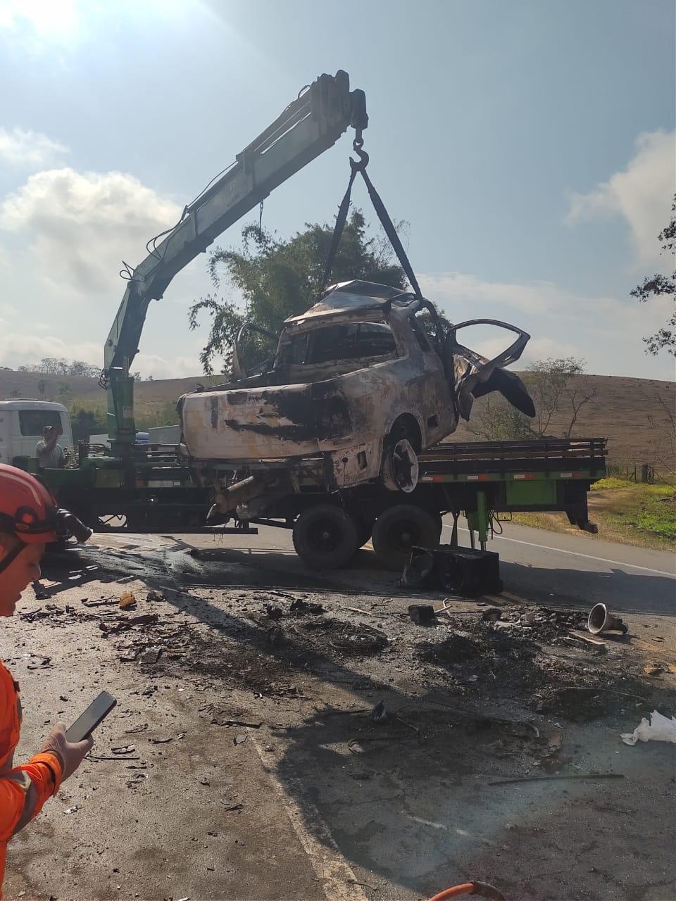 Duas pessoas morrem carbonizadas após acidente na BR-116, em Leopoldina - Foto: Divulgação/Corpo de Bombeiros