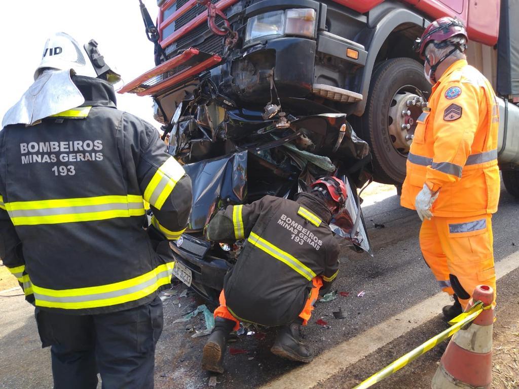 Dois morrem após carro fica prensado por carretas na rodovia Fernão Dias, em São Sebastião da Bela Vista - Foto: Divulgação/CBMMG