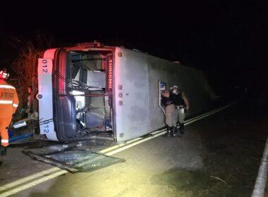 Ônibus com 20 pessoas tomba na MG-188, em Patrocínio - Foto: Divulgação/CBMMG