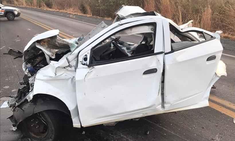 Quatro pessoas morrem após batida entre ônibus e carro na MGC-122, em Francisco Sá - Foto: Corpo de Bombeiros/Divulgação