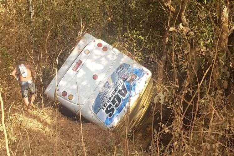 Mulher morre após acidente após ônibus tombar com 30 passageiros, em Matutina - Foto: Reprodução/Redes Sociais