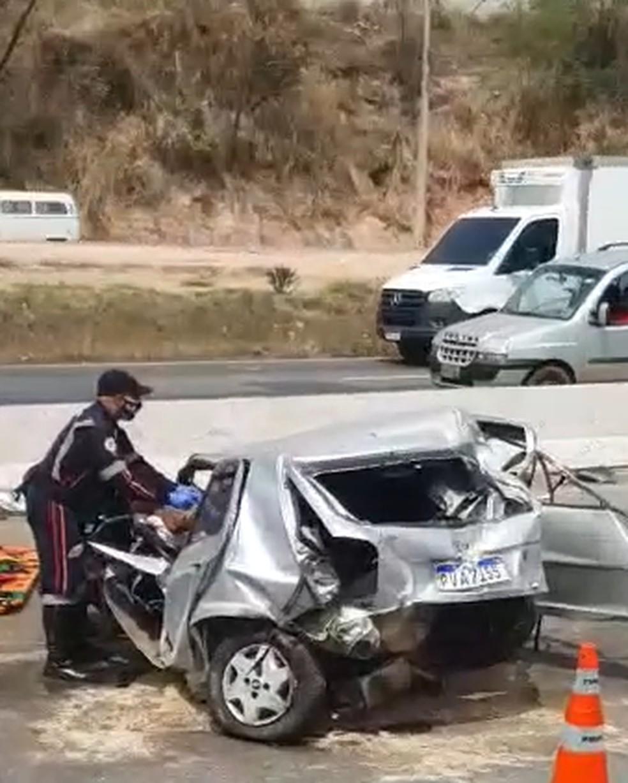 Motorista fica ferido após acidente entre carro e carreta no Anel Rodoviário de BH - Foto: Reprodução/Redes Sociais