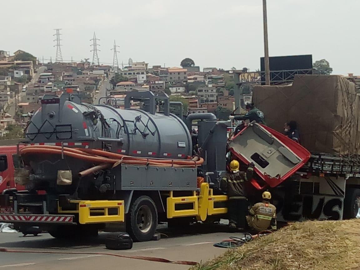 Duas pessoas ficam feridas após batida entre carretas no Anel Rodoviário, em BH - Foto: Foto: Divulgação/Corpo de Bombeiros