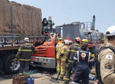 Duas pessoas ficam feridas após batida entre carretas no Anel Rodoviário, em BH - Foto: Foto: Divulgação/BPTRAN