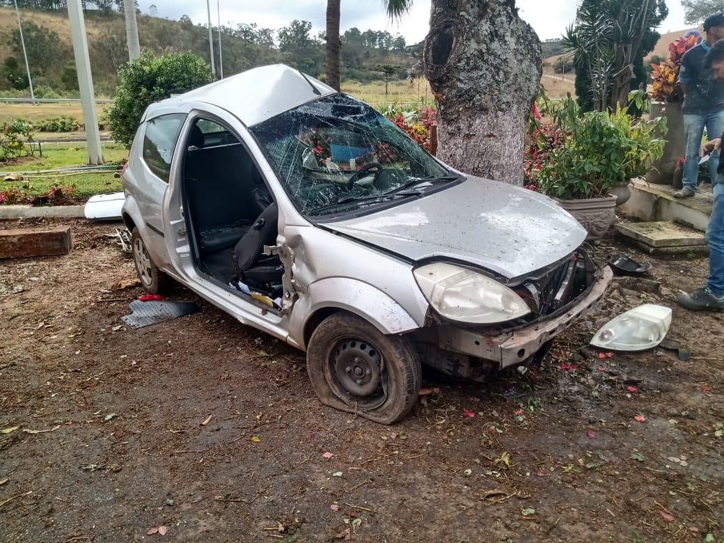 Jovem fica ferido após bater carro em árvore na BR-040, em Barbacena - Foto: Divulgação/CBMMG