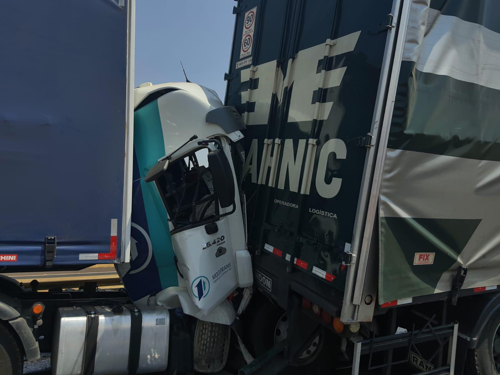 Acidente envolvendo sete carretas e três carros - Foto: Divulgação/Corpo de Bombeiros