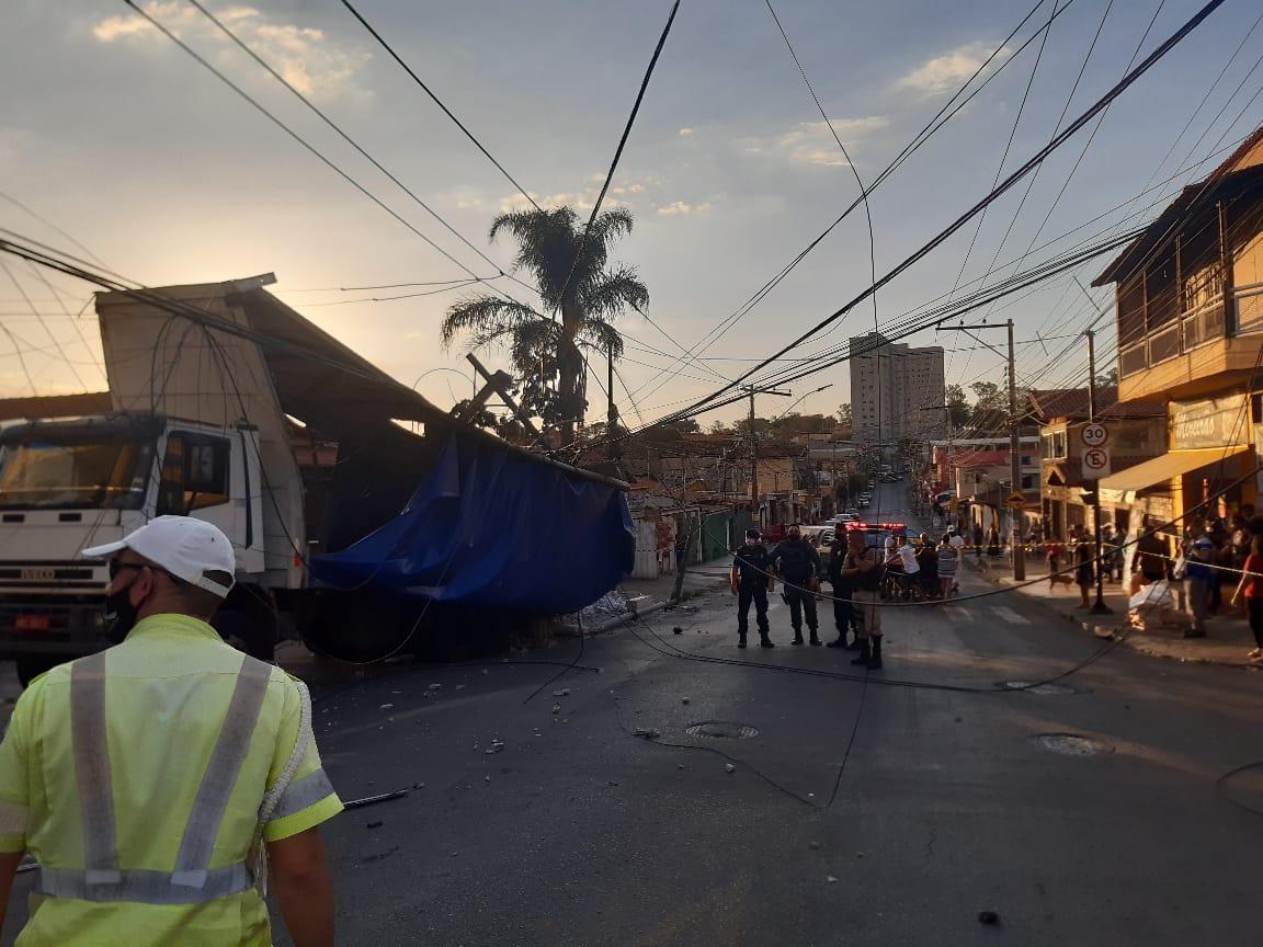 Caminhão perde os frios e atinge três postes em Contagem - Foto: Divulgação/Guarda Civil de Contagem