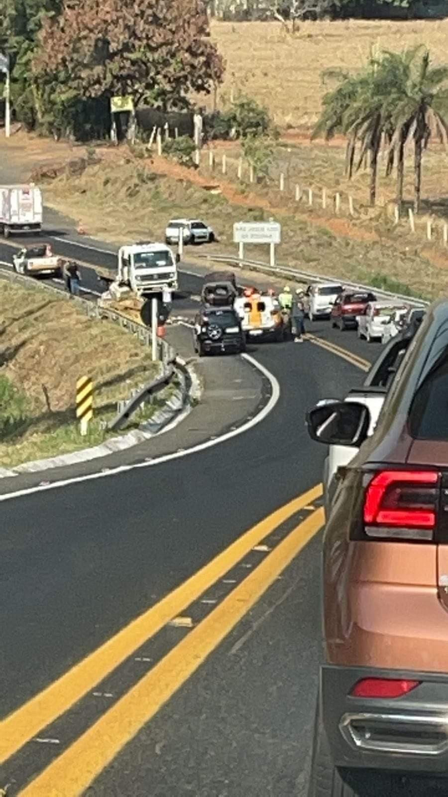 Quatro pessoas ficam feridas após acidente entre carro e caminhonete na MG-050, em Passos - Foto: Reprodução