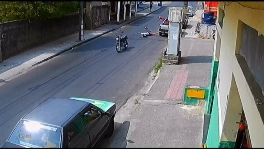 Motociclista atropela homem e atinge idoso em calçada de Venda Nova, em BH - Foto: Reprodução