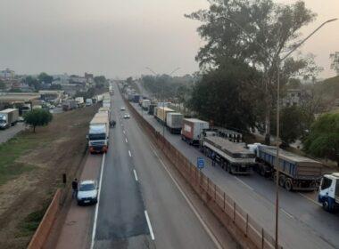 Paralisação de caminhoneiros bloqueia a Rodovia Fernão Dias nos dois sentidos em Igarapé - Foto: Reprodução