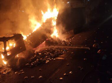 Carreta fica destruída após pega fogo na BR-040, em Esmeraldas - Foto: Divulgação/CBMMG