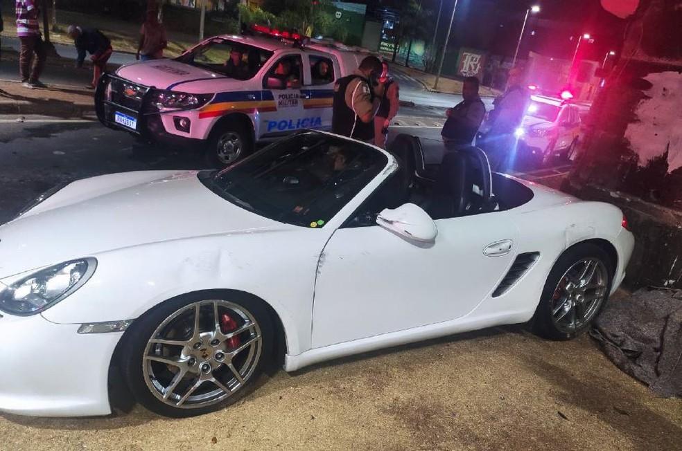 Motorista de Porsche avaliado em R$ 400 mil capota ao ver mulher nua em BH - Foto: Divulgação/Polícia Militar