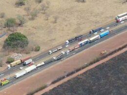 Engavetamento com mais de 10 carretas deixa um morto na BR-365 entre Uberlândia e Monte Alegre de Minas - Foto: Via Drones