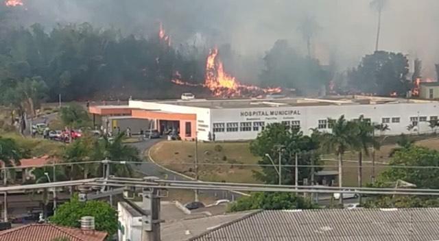 Incêndio atinge vegetação atrás de Hospital Municipal de Santa Luzia, na Grande BH - Foto: Reprodução