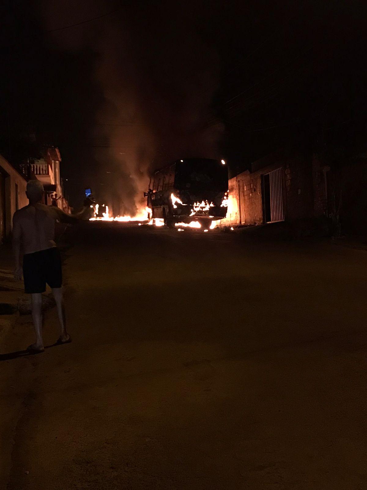 Dois ônibus são incendiados na mesma rua em Sete Lagoas - Foto: Reprodução/Redes Sociais