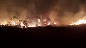 Incêndio que ameaçava armazém de explosivos é controlado em Sabará - Foto: Divulgação/Corpo de Bombeiros