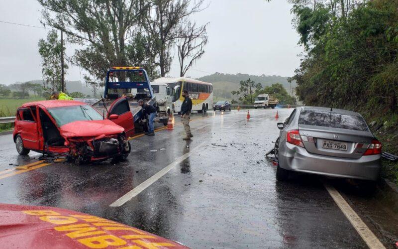 Cinco pessoas ficam feridas após acidente entre carros na BR-040, em Santos Dumont - Foto: Divulgação/Corpo de Bombeiros
