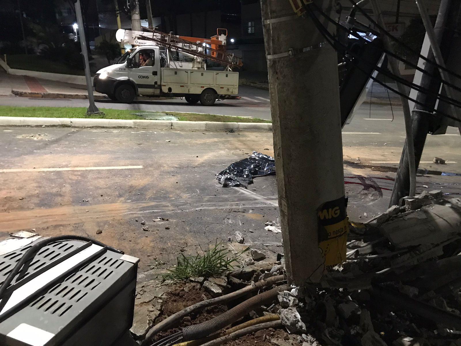 Motorista morre depois de bater o carro em poste da Avenida Professor Mário Werneck, em BH - Foto: Divulgação/PM