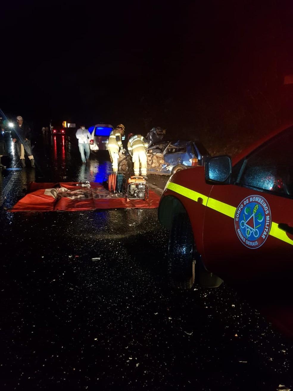 Casal morre após acidente entre carro e caminhão na BR-135, em Montes Claros Foto: Corpo de Bombeiros/Divulgação