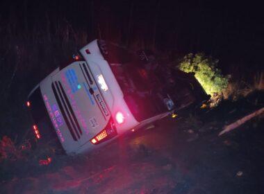 Nove pessoas ficam feridas após ônibus tombar na BR-354, entre Patos de Minas e Lagoa Formosa - Foto; Divulgação/CBMMG