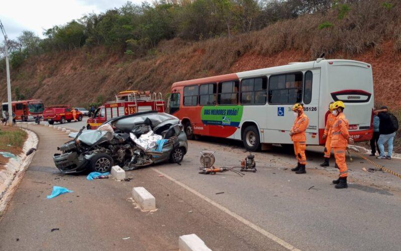 Idoso morre em batida frontal entre carro e ônibus na MG-050, em Juatuba - Foto: Corpo de Bombeiros/Divulgação