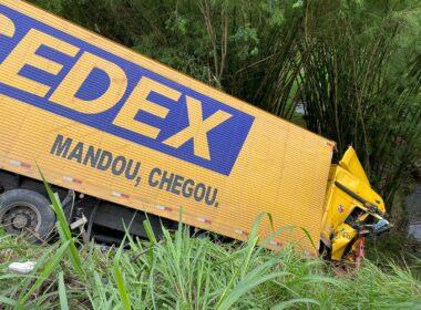 Motorista morre após caminhão dos Correios cai em ribanceira na BR-262, em Reduto - Foto: Divulgação/Corpo de Bombeiros