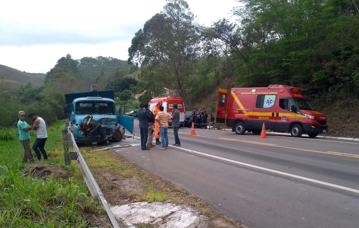 Casal morre após bater carro de frente com caminhão na BR-267, em Juiz de Fora - Foto: Corpo de Bombeiros/Divulgação