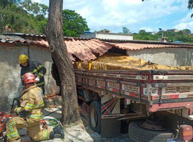 Três pessoas ficam feridas após caminhão invade casa em Ribeirão das Neves - Foto: Corpo de Bombeiros/Divulgação