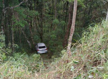 Um homem morreu e três pessoas ficaram feridas após carro cair em ribanceira em Caeté - Foto: Divulgação/Polícia Militar Rodoviária