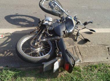 Homem fica ferido após acidente entre moto e caminhão, em Itaúna - Foto: Corpo de Bombeiros/Divulgação