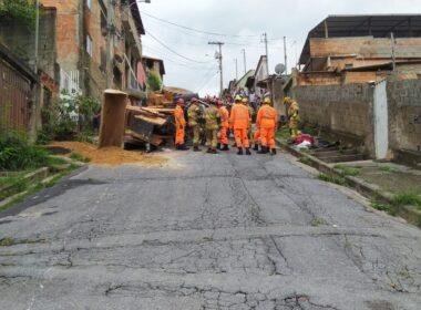 Homem tem perna amputada após trator tombar no bairro Ribeiro de Abreu, em BH - Foto: Divulgação/CBMMG