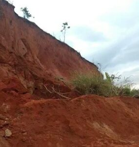 Criança de 4 anos morre e outra gravemente ferida após serem soterrada enquanto brincava em Leopoldina - Foto: Divulgação/Corpo de Bombeiros