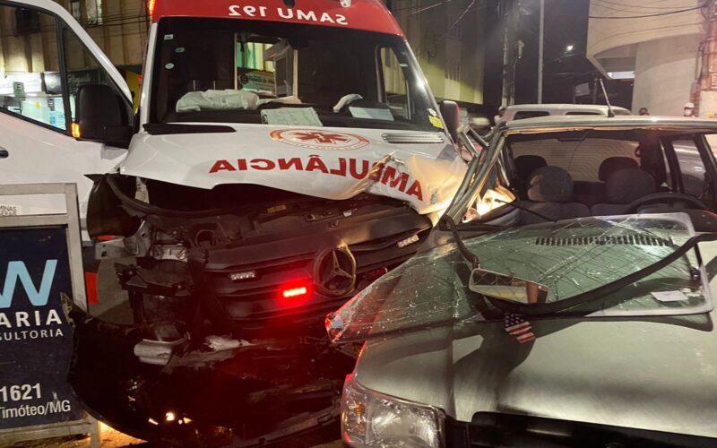 Motorista fica ferida após batida entre carro e ambulância em Timóteo - Foto: Wallace Miranda