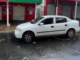 Carro foi atingido por cabo de energia que se rompeu durante temporal - Foto: Corpo de Bombeiros/Divulgação