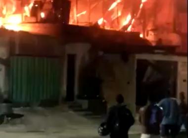 Incêndio de grandes proporções destrói casas no bairro Monte Azul, na Região Norte de BH - Foto: Reprodução
