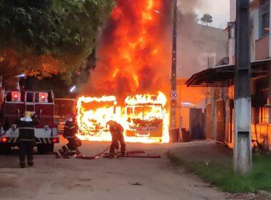 Dois ônibus são incendiados por criminosos em Muriaé - Foto: Polícia Militar/Divulgação