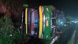 Uma pessoa morre e mais de 40 ficam feridas após ônibus tombar na BR-040, em Juiz de Fora - Foto: Divulgação/Corpo de Bombeiros